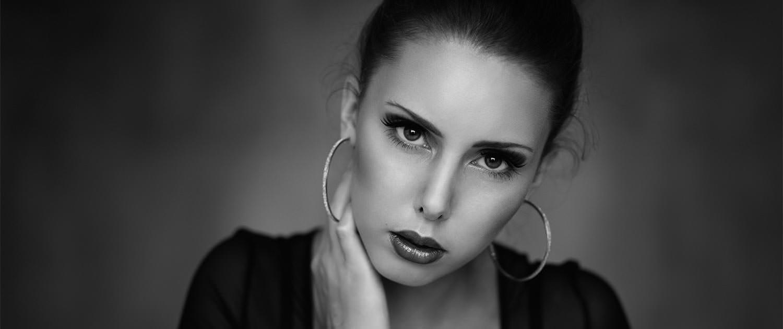 Elisabeth K. Portrait in schwarz-weiß