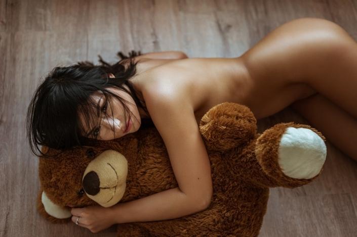 Verdeckter Akt mit Teddybär, Model Mandy