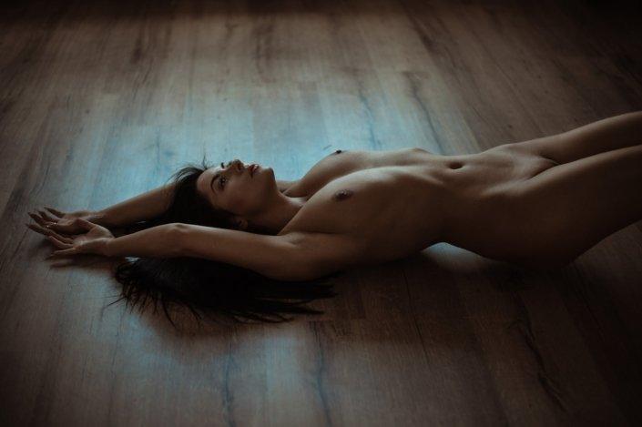Klassischer Akt am Boden, Model Mandy