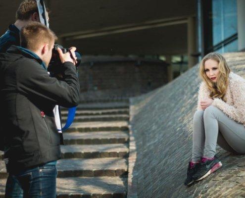 Outdoor Fotokurs mit Yaiza vor dem Leibniz Museum