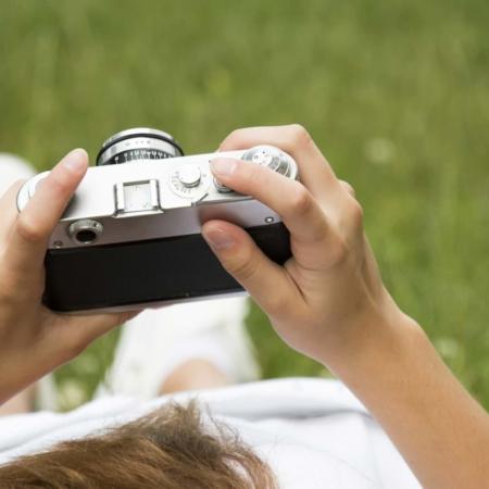 Frau mit Kamera beim Fotoworkshop