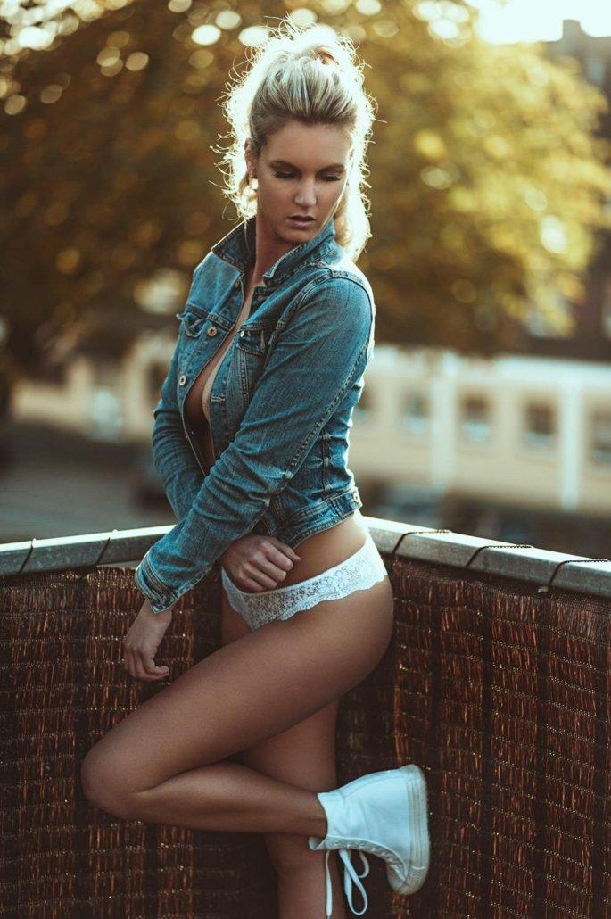 Stephanie Marie Outdoor Jeans Sensual 02