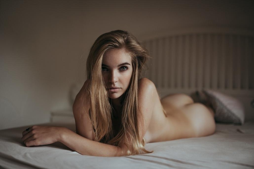 Boudoir Akt auf Bett, Model Minou