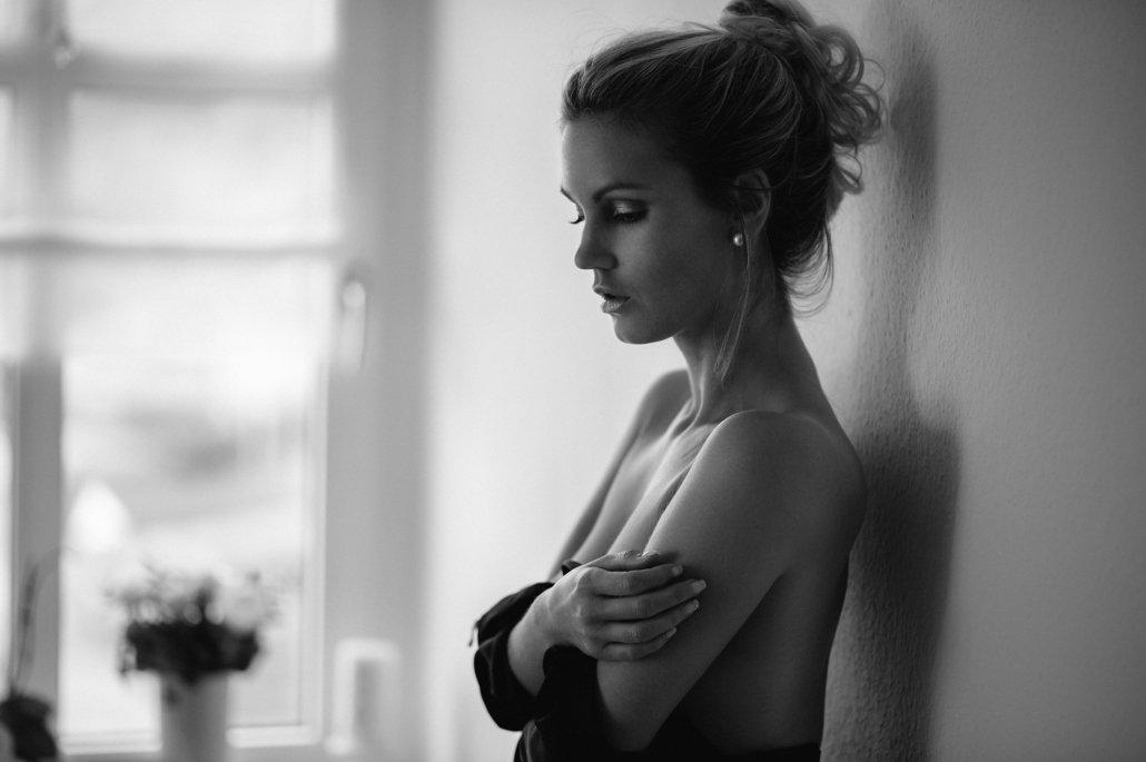 Stephanie Sensual schwarz-weiß Gegenlicht