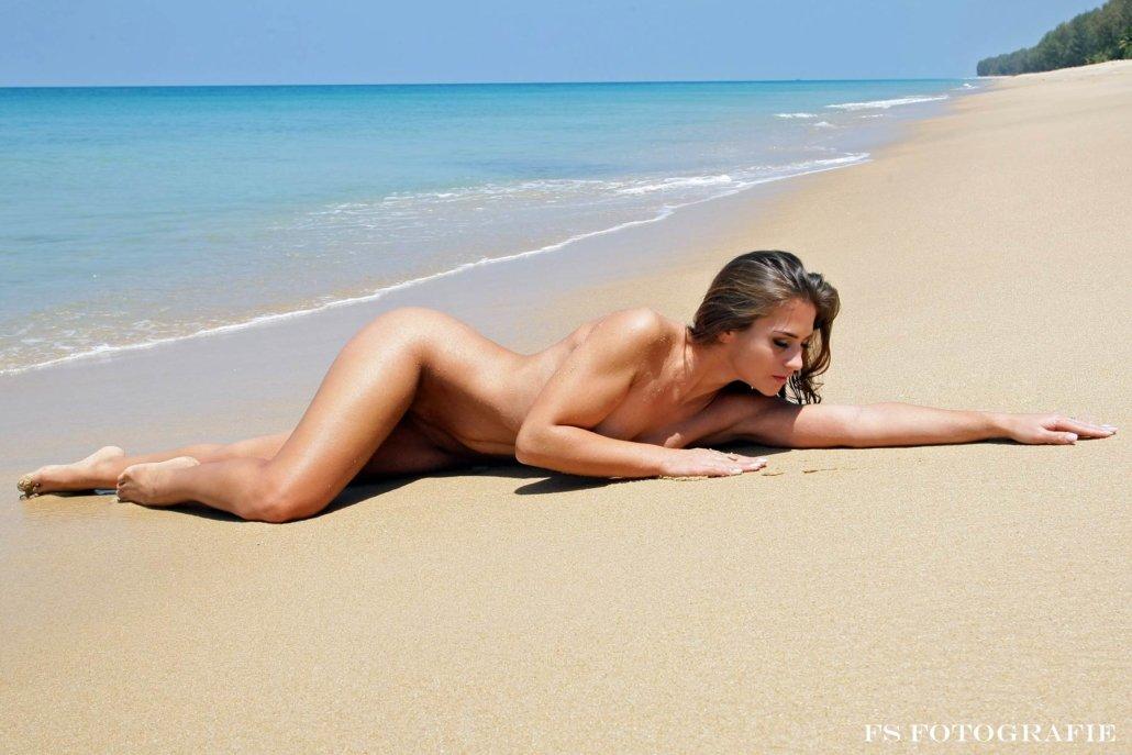 Akt verdeckt am Strand, Jolina Marijan
