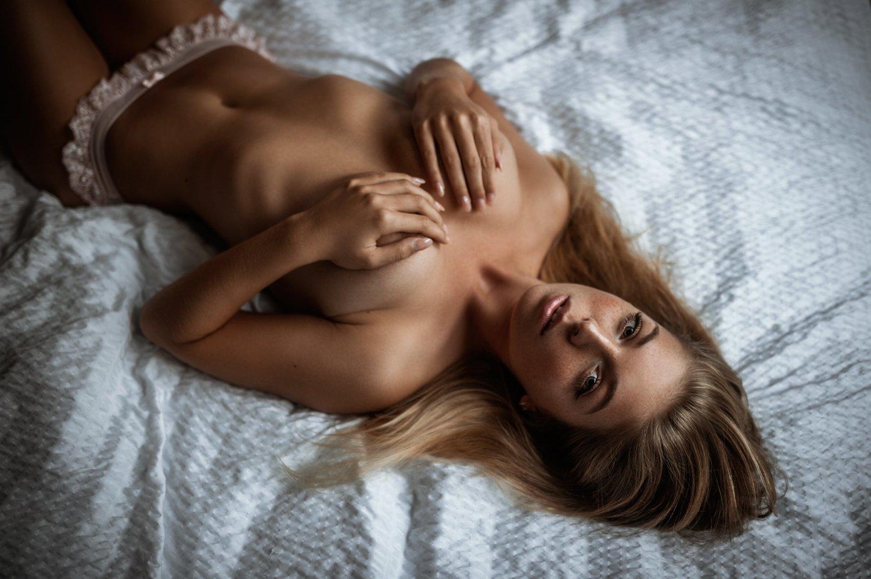Teilakt Boudoir auf dem Bett, Model Alina