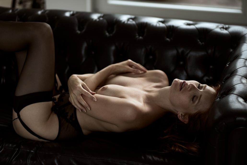 Boudoir Fotografie, auf Sofa mit Tageslicht